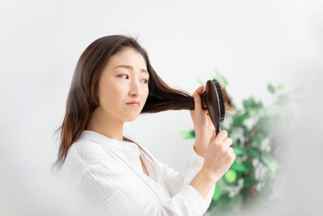 女性の髪とヘアブラシ